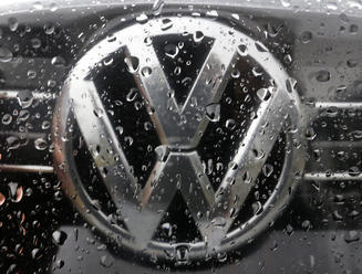 Na dohodu o platoch vo Volkswagene je čas už len do utorka rána
