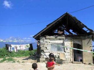 Tínedžer čelí obvineniu, v rómskej osade napadol policajta