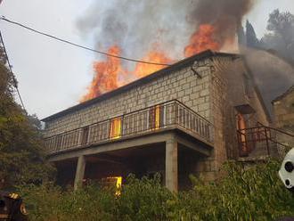 Obľúbené destinácie naďalej sužujú požiare: Plamene dosahovali až 30 metrov, ľudia pred nimi skákali