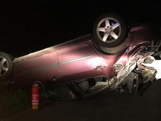 Mladík išiel tak rýchlo, že sa ocitol s autom na streche! Keď k nemu dorazili záchranári a policajti