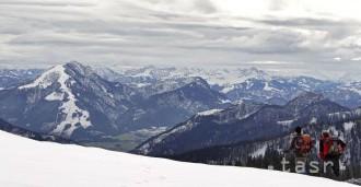 V rakúskych Alpách zahynula česká turistka, padala 30 metrov
