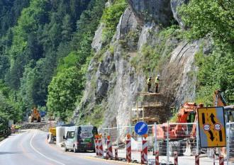 Pre uzáveru cesty popod hrad Strečno posilnili železničiari vlaky