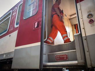 Keď vystupovala z vlaku, dvere ju vymrštili do koľajiska a rozbila si hlavu. Železničiari ich vymeni