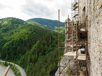 Pod Strečnom odstraňujú skalný masív, náročný terén sťažuje prácu