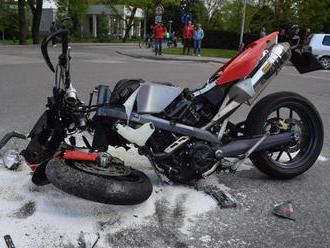 Jazda na motorke skončila v betónovom múre: Muža   po nehode odviezol vrtuľník
