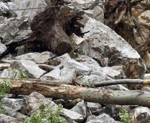 Zosuv pôdy strhol vozidlá na indickej diaľnici; najmenej 45 mŕtvych