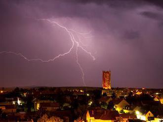 Na západe Maďarska nemajú po víchriciach elektrinu ešte stovky domácností