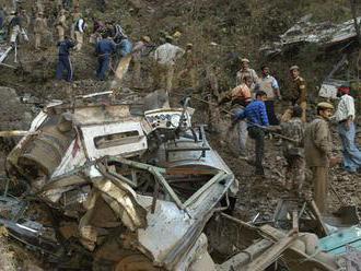 V Indii zosuv pôdy strhol vozidlá na diaľnici. Zahynulo najmenej 45 ľudí