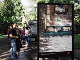 Ničivé povodně roku 2002 připomíná na pražské Kampě výstava velkoformátových fotografií
