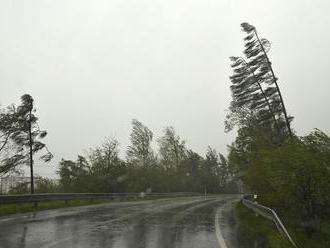 Bratislavou sa prehnala veterná smršť, polámala stromy na viacerých miestach