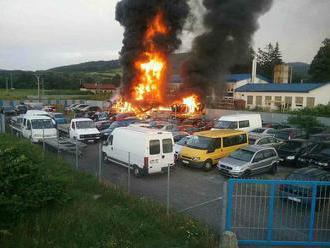 Vrakovisko v Žiari nad Hronom je v plameňoch: Zasahuje tam osem hasičov