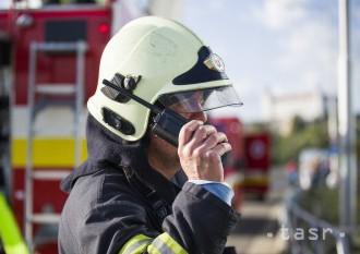 Hasiči zasahujú pri požiari hospodárskej budovy v obci Láb
