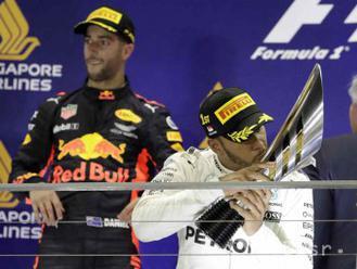 Hamilton dokončil v Singapure hetrik, katastrofa pre Ferrari