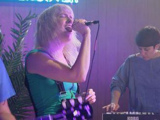 Rod Stewart v synth-post-punkovém kabátku v podání divokých Priests