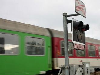 Po zrážke s vlakom pri Prievidzi zahynul muž, ďalšie spoje meškajú