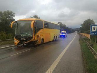 Aktualizované: Na ceste I/66 sa zrazil autobus s autom, zahynul mladý pár a dve deti