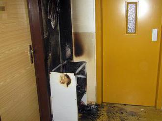 Šest jednotek bylo vysláno kpožáru výškové budovy vBrumově-Bylnici, na chodbě hořelbotník