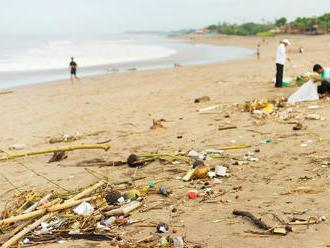 Raj na zemi sa zmenil na smetisko: Na Bali zaplavujú krásne pláže odpadky