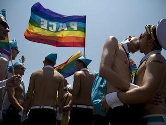Polícia zábleskovými granátmi a vodnými delami zabránila odporcom LGBTI narušiť pochod sexuálnych ex