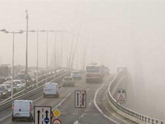 Vodiči na strednom a východnom Slovensku by si mali dať pozor na hmlu, tvrdí SHMÚ
