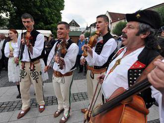 Svoj hlas kandidátom odovzdali v Lazanoch i folkloristky zo Sielnice