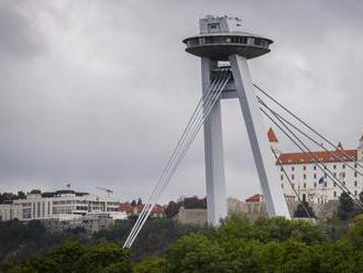 Policajti v Bratislave zachránili muža, ktorý chcel skočiť z Mosta SNP