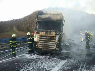 Kamión po zrážke zachvátili plamene, vodič auta neprežil