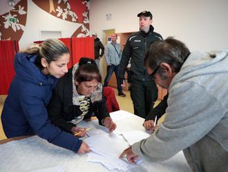 Prvý volebný incident v Košiciach, preveruje ho polícia: FOTO Mužovi ukázali, koho má voliť