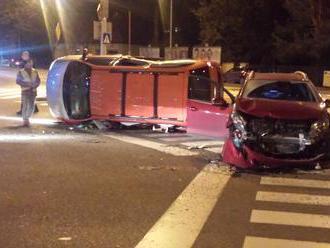 FOTO Nočná búračka v Bratislave: Škody za desaťtisíce, spolujazdec skončil v nemocnici