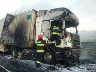 Vážna nehoda na R3: Kamión po náraze do auta zachvátili plamene