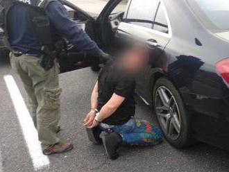 Syn kontroverzného podnikateľa v putách: Polícia zaistila drogové laboratórium a množstvo zbraní