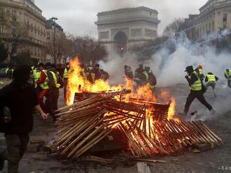 V Paríži pokračujú protivládne protesty, zadržali takmer 348 ľudí