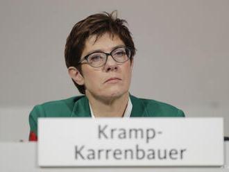 Nová šéfka CDU stavia mosty medzi sebou a rivalmi