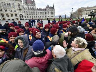 Demonštranti v Maďarsku prerazili policajný kordón