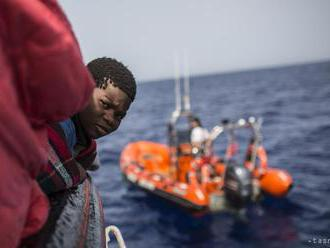 Španielsko zachránilo 33 migrantov, vrátane tehotnej ženy a kajakárov