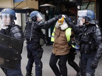 Paríž: Pri protestoch sa zranilo 135 ľudí, polícia zadržala 1000 osôb