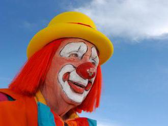 Švédsko pátra po klaunovi, ktorého pristihli s ostrým predmetom pri školákovi