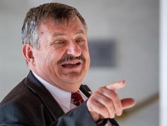 Hrnko v zahraničí podporil ostré rezolúcie proti Rusku, doma sa Moskvy zastáva