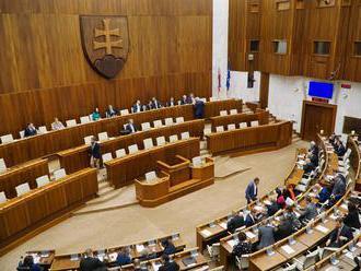 Poslanci odmietli diskriminujúci zákon ĽSNS o výchove homosexuálmi: Zastropovanie dôchodku posunuli
