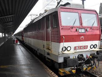 Zbytočná smrť na železničnej stanici v obci Sekule: Mladík vyliezol na vozeň, nemal šancu prežiť