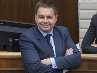 PRÁVE TERAZ Poslanci schválili Kažimíra za nového guvernéra NBS, viceguvernérom bude Hudák