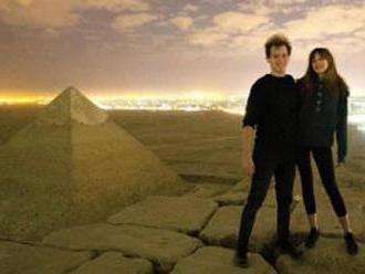 Dvojica porušila prísny zákaz. Vyliezli na pyramídu v Gíze a pózovali nahí
