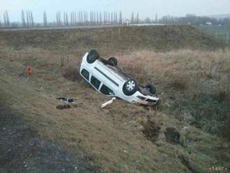 Prevrátené na strechu: Pri nehode na diaľnici D4 skončilo auto v poli