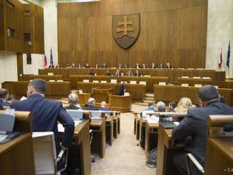 Plénum odmietlo zníženie počtu poslancov aj hymnu na začiatku schôdze