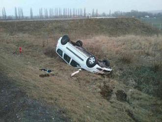 Pri nehode na diaľnici D4 skončilo auto v poli, prevrátené na streche