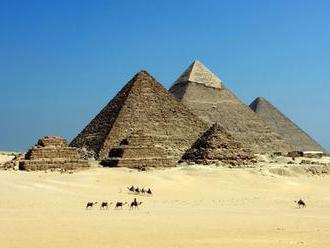 Vedci objavili v Egypte starý chrám s fragmentami pomníkov