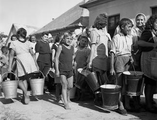 Rok 1947. Niečo medzi už-nie-je-vojna amierom. Obrovský chaos
