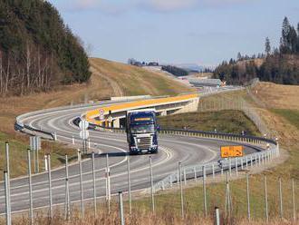 Po nehode kamiónov na diaľnici D1 zostal jeden prevrátený mimo cesty