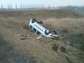 FOTO Nehoda na D4: Auto aj s posádkou skončilo v poli, prevrátené na streche