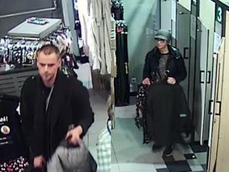 Foto: Z obchodu v Bratislave zmizli lyžiarske bundy, polícia hľadá osoby z kamerových záznamov